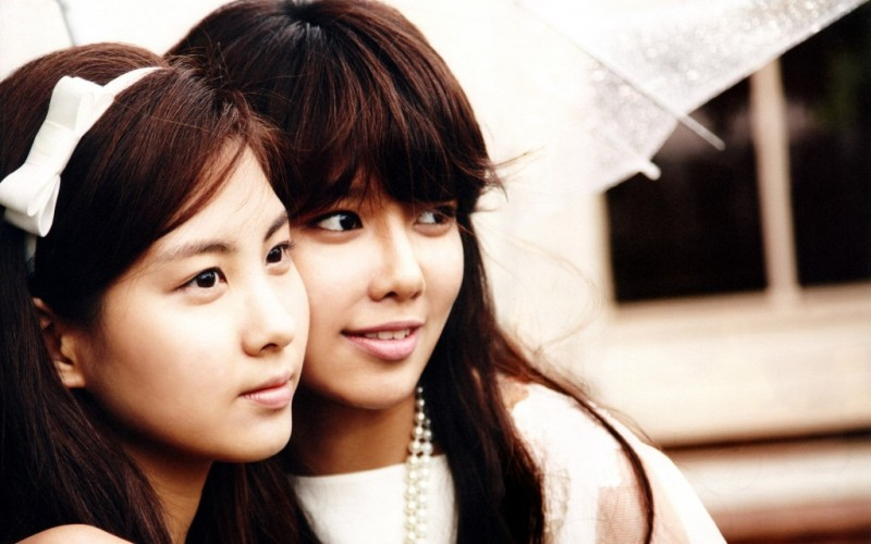 Girls' Generation's Sooyoung and Seohyun Hold Fansigning Event