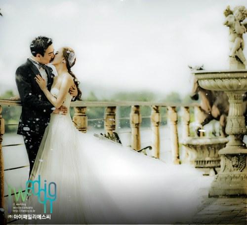 Jang Yoon Jung and Do Kyung Wan Share a Kiss in Wedding Photo Shoot