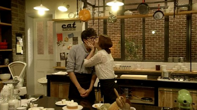 "Lee Kwang Soo and Goo Eun Ae Share a ""Cream Kiss"""