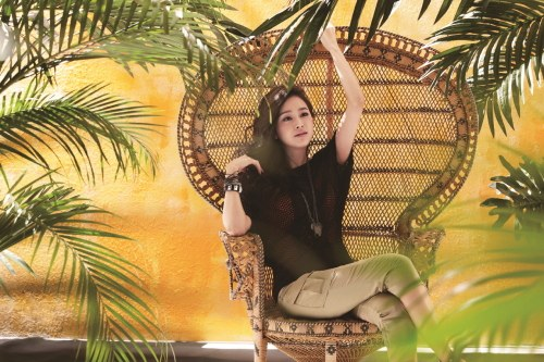 Kim Tae Hee Is a Tropical Beauty for Brand Isabey