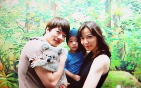 son-tae-young-reveals-family-pictures-with-kwon-sang-woo-and-baby_1