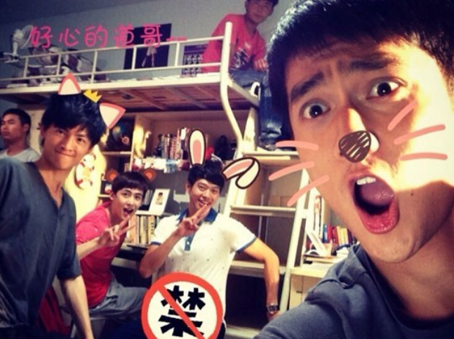 "2PM's Nichkhun Has Fun with ""One and a Half Summer"" Drama Cast Members"