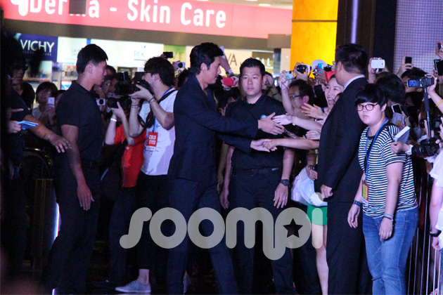 """[Soompi Spotlight] """"Cold Eyes"""" Cast at Movie's First International Gala Premiere in Singapore"""