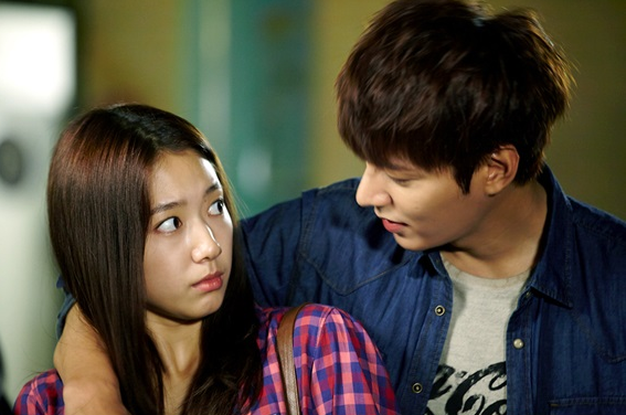 "Lee Min Ho and Park Shin Hye Feel the Sparks in First Meeting Stills for ""The Heirs"""