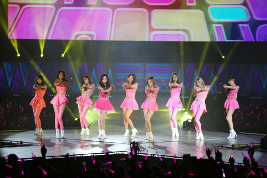 L-R Taeyeon, Sooyoung, Jessica, Seohyun, Yuri, Sunny, Yoona, Hyoyeon, Tiffany