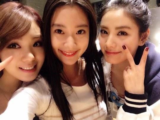 Clara, Lizzy and Nana selca
