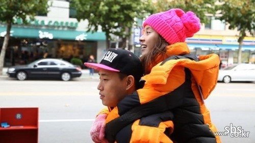 "Gary Gives Ji Hyo a Piggy Back Ride on ""Running Man"""
