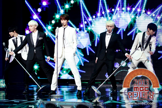 "SHINee performing ""Dream Girl"""