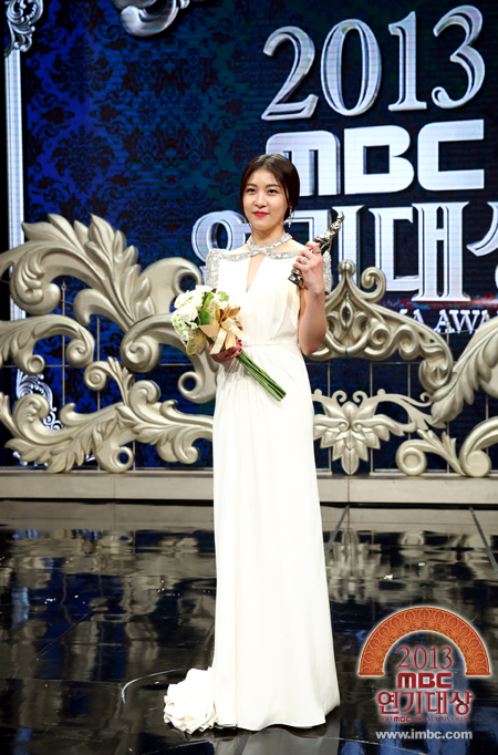 Ha Ji Won with her Daesang.