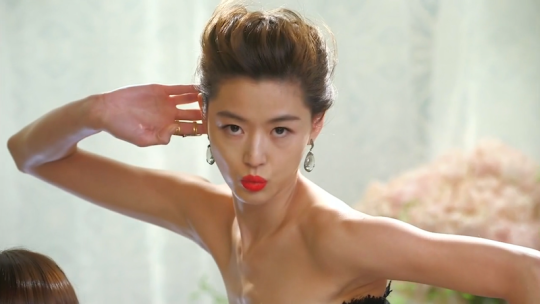 Song Yi's Pose