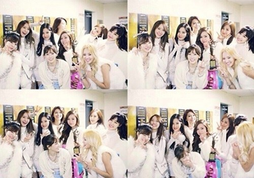 Girls Generations With Trophy