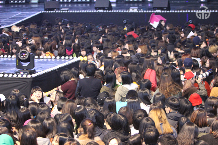 Fans wait patiently for the opening act of the 2013 GS concert: 4Minute.