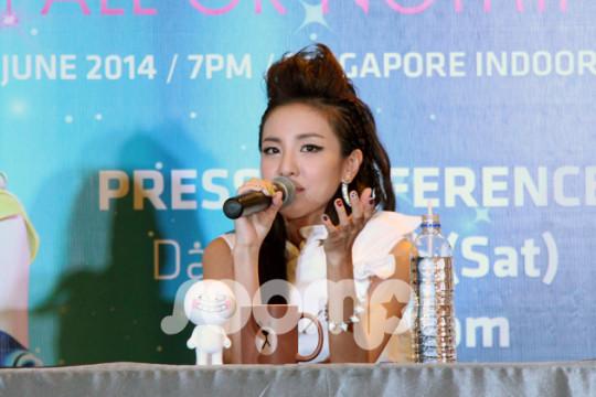 2NE1_Singapore_Sandara_550