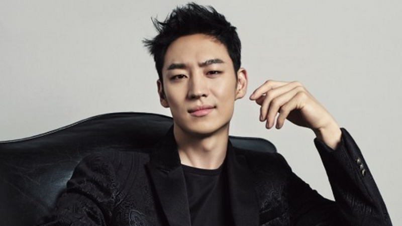"Lee Je Hoon Pondering a Role in ""God of Noodles"""