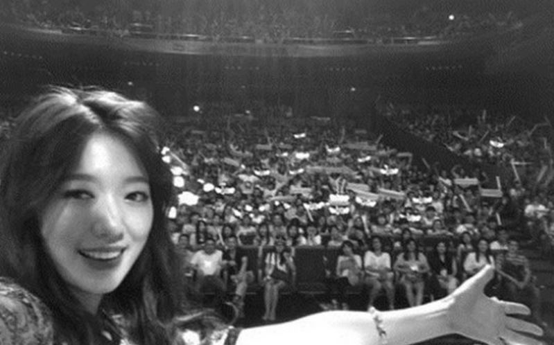Park Shin Hye pic with fans featured image
