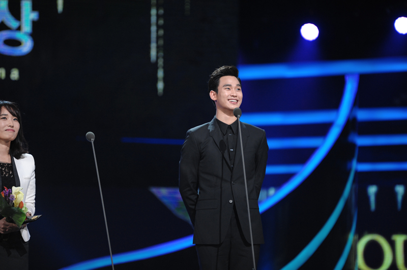 Kim Soo Hyun, Most Outstanding Korean Actor and People's Choice at SDA 2014