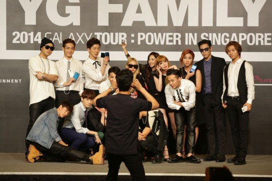 DJ Tukutz from Epik High taking a group photo for his fellow YG Family artistes with the Samsung GALAXY ALPHA 4G+