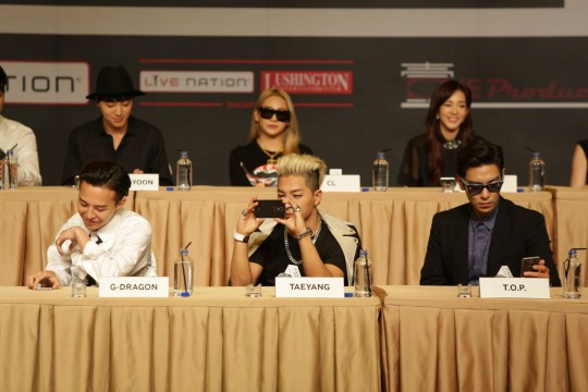 Members of BIGBANG playing around with the latest Samsung smartphones