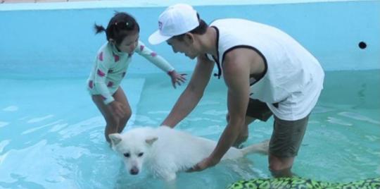 Uhm Ji On swimming