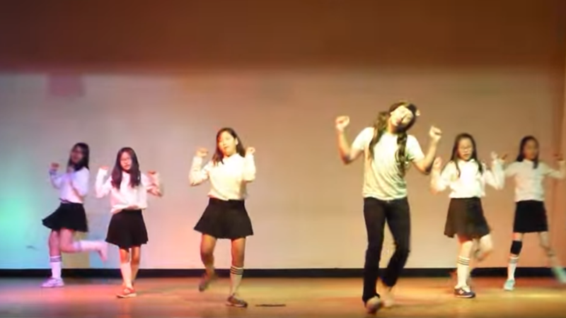 Video of Elementary Students and Their Teacher Dancing to GFRIENDs Me Gustas Tu Goes Viral