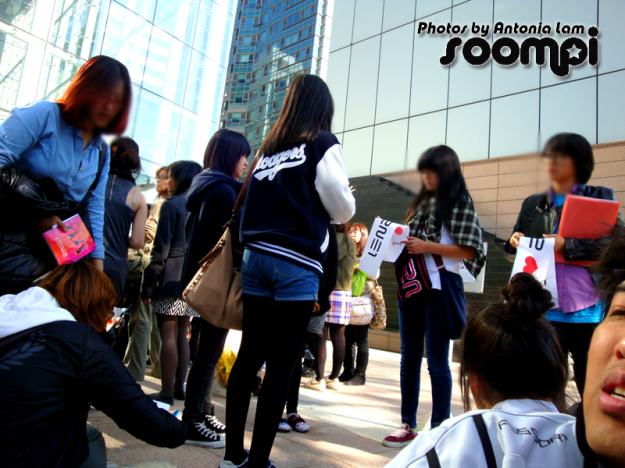 Fan Staff was passing out banners for the 2ne1 fans