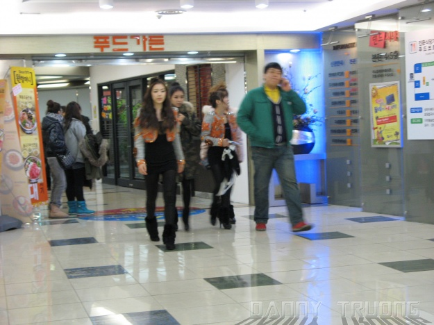 Walking out 4 of the 7 .. Ryu Hwayoung, Soyeon, Qri and Boram
