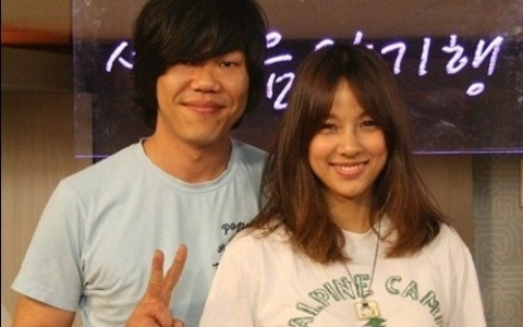 Lee Sang Soon and Lee Hyori v sign