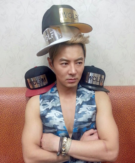 Fellow Shinhwa member Junjin needs more heads for the caps.