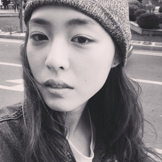 Lee Yeon Hee black and white selca