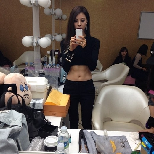 Park Ji Yoon shows off abs