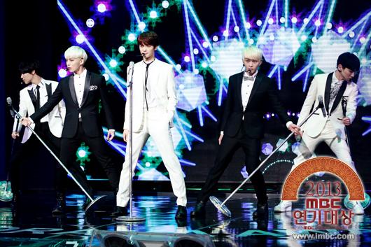 "SHINee performing ""Dream Girl"""