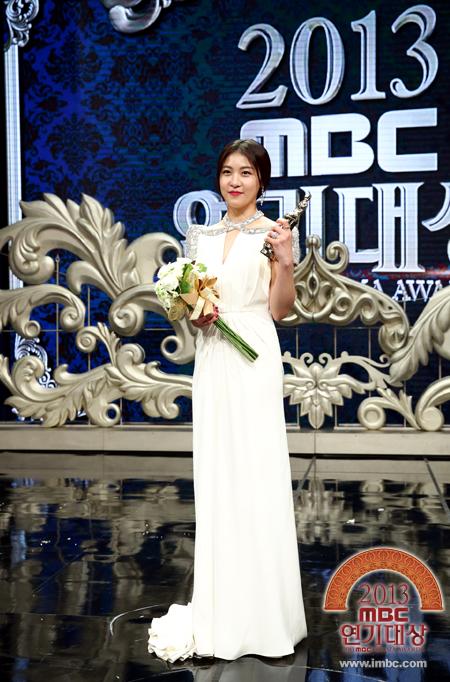 Ha Ji Won with her Daesang.