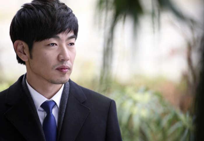 lee jong hyuk apologizes to netizen who criticized him on