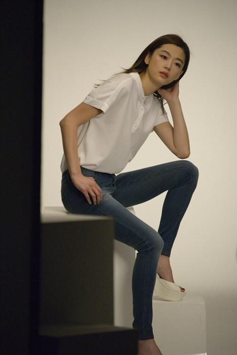 Jeon Ji Hyun's long legs at UNIQLO shooting