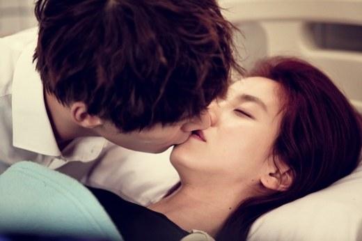 kiss scene_emergency couple