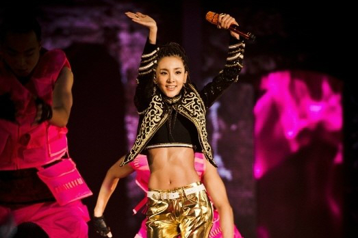 """2NE1's Dara Reveals Toned Abs at """"All or Nothing"""" World Tour"""