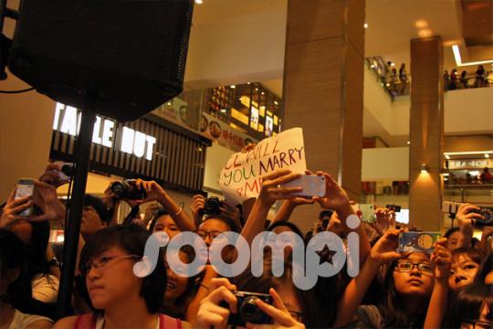 2NE1_Singapore_Fans_490