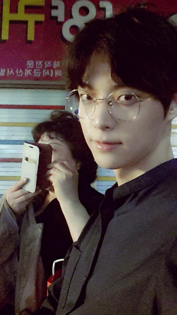 modelactor ahn jae hyun spends time with his mom on a