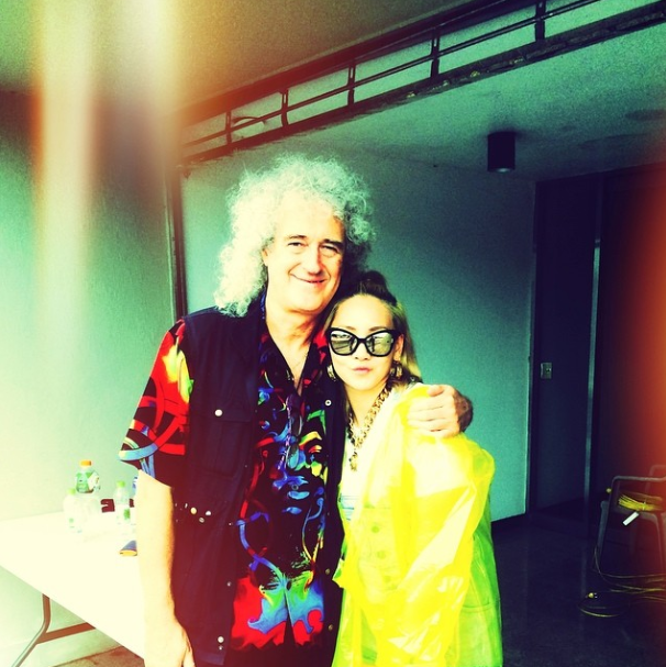 2NE1s CL Posts Picture With Queens Brian May Soompi