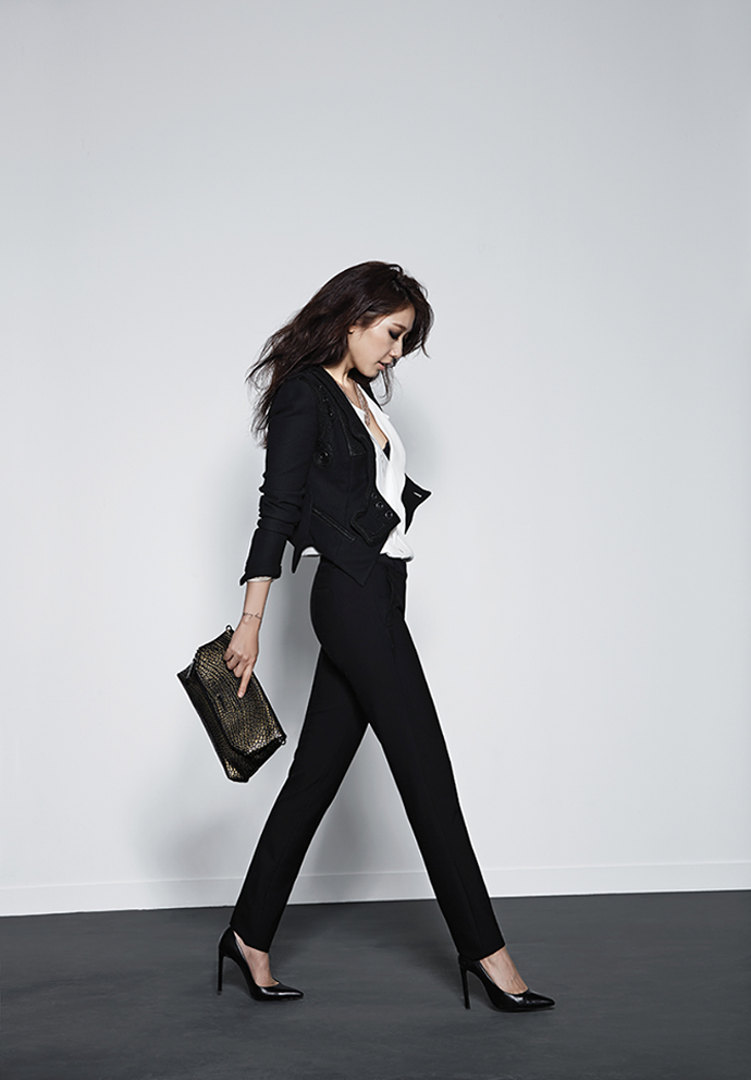 Actress Park Shin Hye Goes For Sexy And Chic In All Black