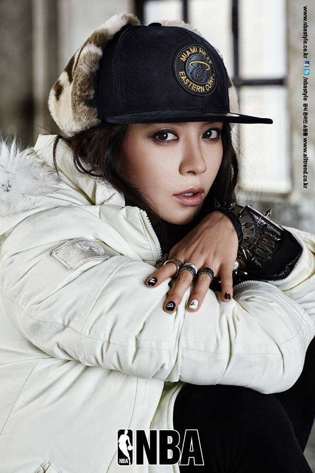 Ace Song Ji Hyo Keeps Warm and Cool in New Fashion