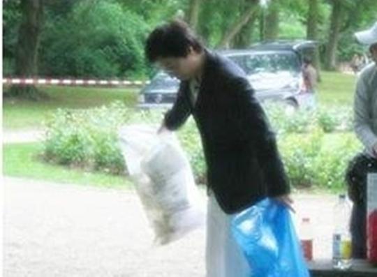 yoo jae suk cleaning trash