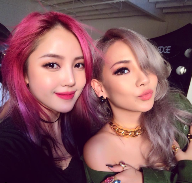 cl snaps a photo with makeup artist pony soompi