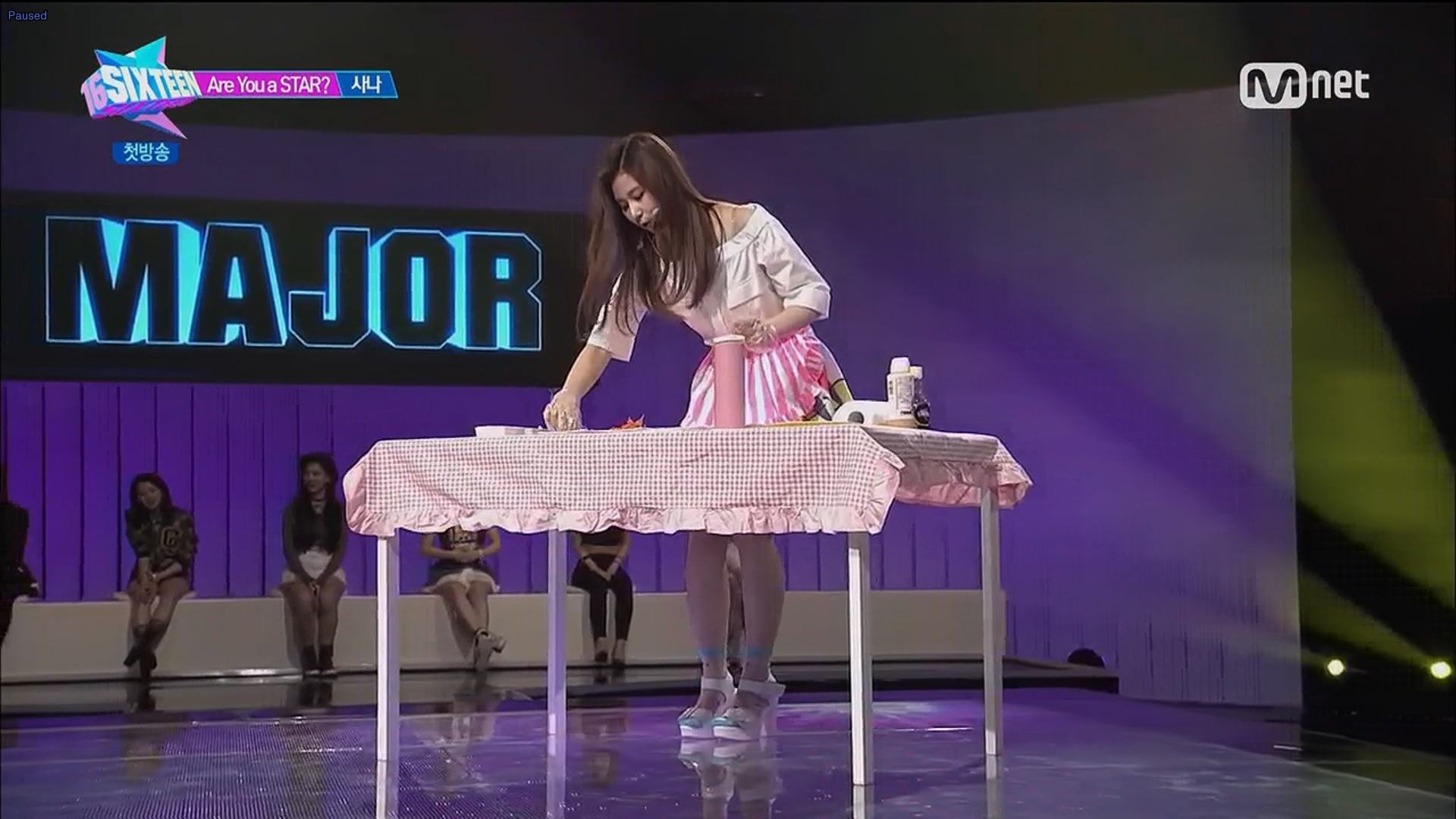 Sana prepares spring rolls for JYP on stage