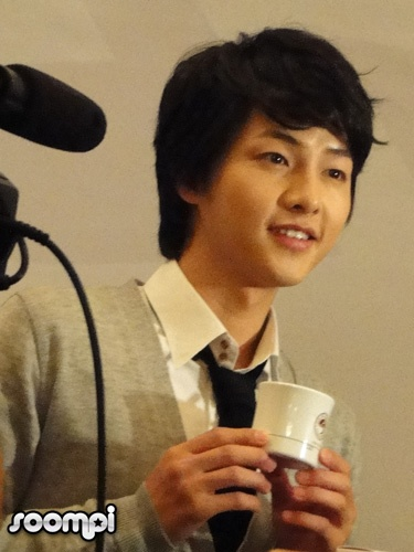 Song Joong Ki posing with a product from  the TonyMoly Latte Art range.
